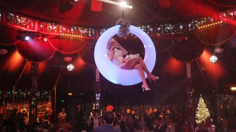 Szene aus dem vergangenen Jahr: Entertainer Chris Kolonko thronte in einem beleuchteten Kreis hoch über seinen Gästen im Spiegelzelt am Plärrer in Augsburg.