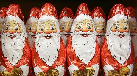So sollte ein perfekter Weihnachtsmann aussehen: Mütze, rotes Gewand, wallender Bart. Ein Augsburger schafft es, binnen knapp 31 Sekunden so auszusehen wie diese süßen Vorbilder.