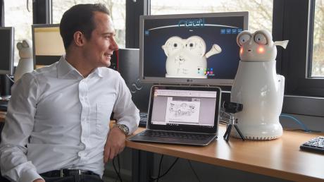 Informatiker Klaus Weber an der Universität Augsburg hat viel Arbeit und wissenschaftliches Herzblut in seinen Witze-Roboter Reeti gesteckt. Die intelligente Maschine aus Augsburg sorgt in Fachkreisen international für Aufsehen.