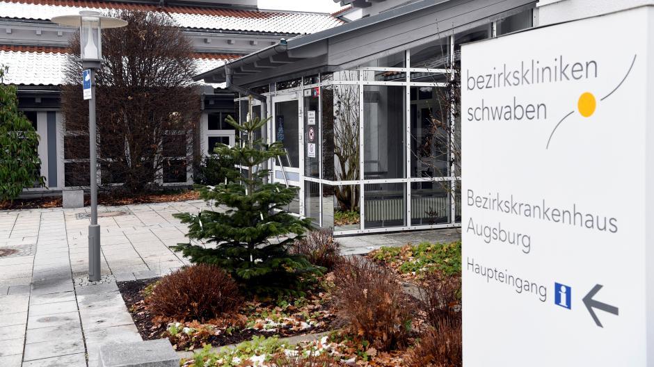 Ein blutiger Vorfall im  Bezirkskrankenhaus Augsburg im vergangenen Jahr wird gerade am Landgericht verhandelt.