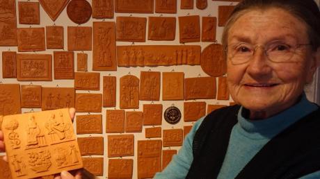 Eine Sammlerin mit ihren Schätzen: Bärbel Planck besitzt mehr 2800 Modelabdrücke aus aller Welt.