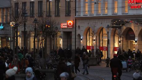 """Die Innenstadt füllte sich am Wochenende teils mit Kunden, die auf der Suche nach Weihnachtsgeschenken waren. Insgesamt liegt das Weihnachtsgeschäft bislang unter den Erwartungen des lokalen Handels. Die Händler hoffen auf einen """"Endspurt""""."""
