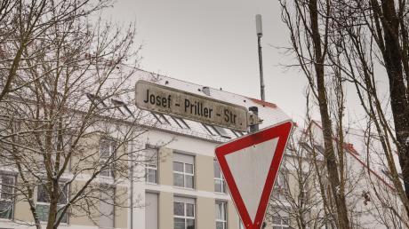 Um diesen Mobilfunkmast im Univiertel auf einem Haus in der Josef-Priller-Straße geht es: Anwohner wunderte sich, dass der Mast plötzlich aufgebaut wurde – und dass sie man sie vorher informiert hätte.