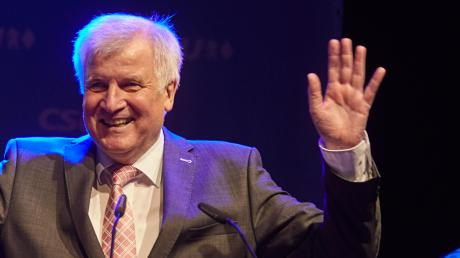 Horst Seehofer soll Ehrenbürger von Augsburger werden. Das hat der Stadtrat soeben beschlossen.