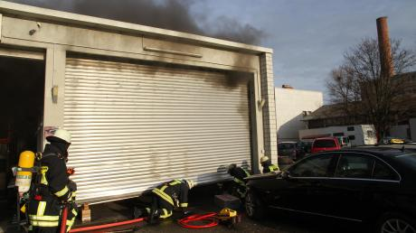 Zu einem Brand ist es am Donnerstagvormittag gegen 9.20 Uhr im Riedinger Gewerbepark gekommen. Wie die Feuerwehr berichtet, quoll aus einer Kfz- Werkstatt zwischen den zwei Zelten und dem Schaustellerwohnwagenplatz dichter Brandrauch. Die Feuerwehrleute öffneten das Rolltor und löschten die Flammen. Personen befanden sich nicht in der Kfz-Werkstatt. Durch das schnelle Eingreifen habe ein Vollbrand e verhindert werden können, heißt es von der Feuerwehr. Für die umliegenden Schausteller und Anwohner bestand keine Gefahr. Der Sachschaden beträgt 50000 Euro.