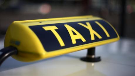 Bei Lauingen hat ein Fahrgast erst ein Taxi gerufen - und dann auf den Fahrer eingeschlagen.