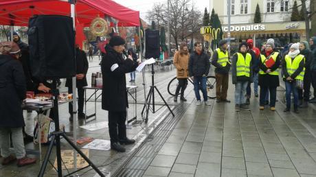 Etwa 50 Menschen nahmen am Samstag an einer Veranstaltung des Flüchtlingsrats am Königsplatz teil. Kritisiert wurden unter anderem die Unterbringung von Flüchtlingen in den zentralen Anker-Einrichtungen.