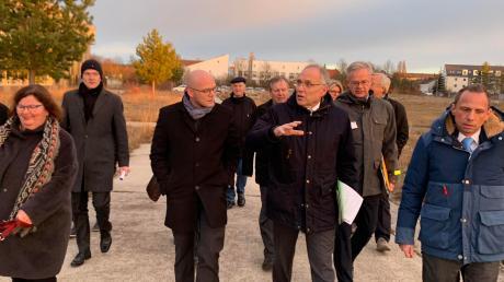 Eine Delegation der Augsburger Naturschutzallianz besuchte mit Bayerns Umweltminister Thorsten Glauber die alte Flugplatzheide in Haunstetten.