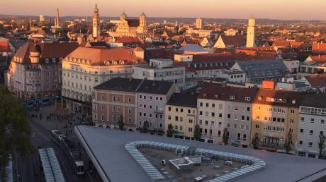 Das ist der Ausblick vom zehnten Stock eines Hochhauses auf die Stadt Augsburg. Der humoristische Ausblick auf das Jahr 2019 verspricht einige Überraschungen im städtischen Leben.