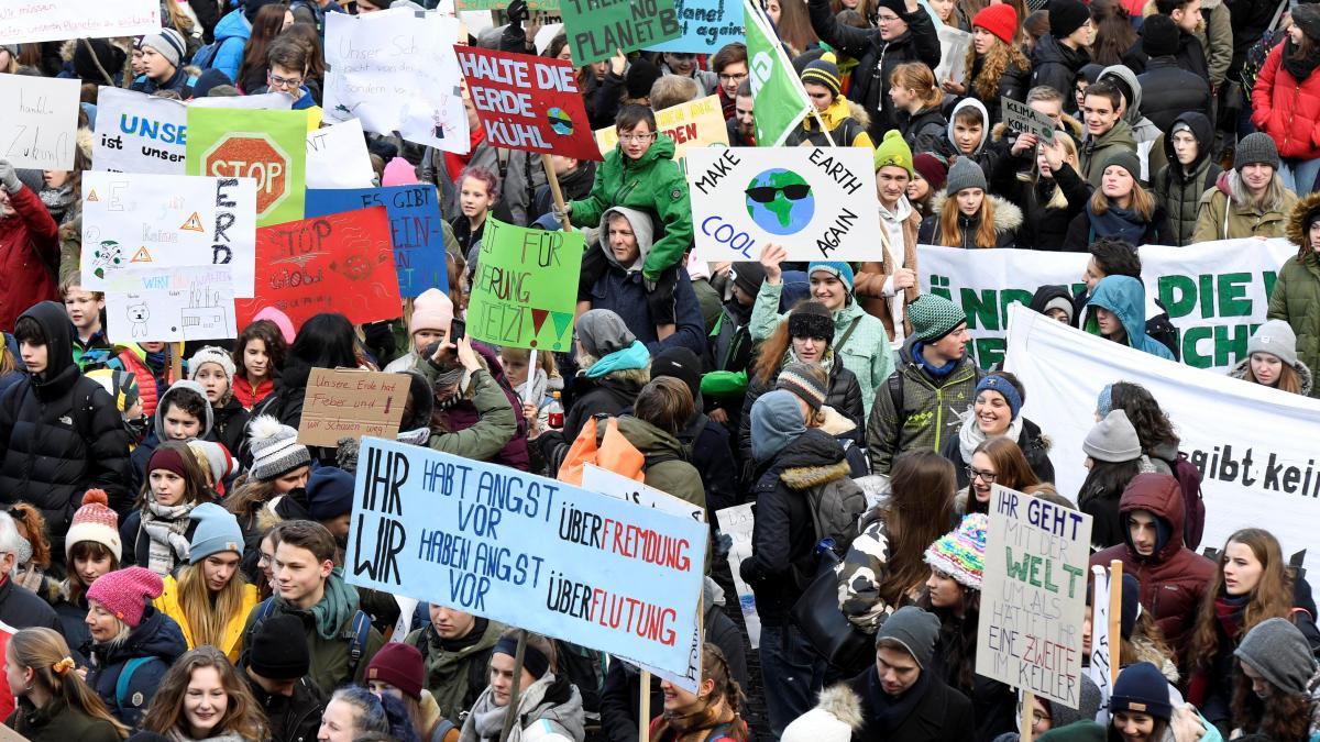 Hunderte schwänzen die Schule für das Klima