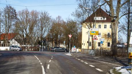 Die Kaufbachbrücke führt aus der Siebentischstraße in die Friedberger Straße. Die Brücke wird jetzt neu gebaut.