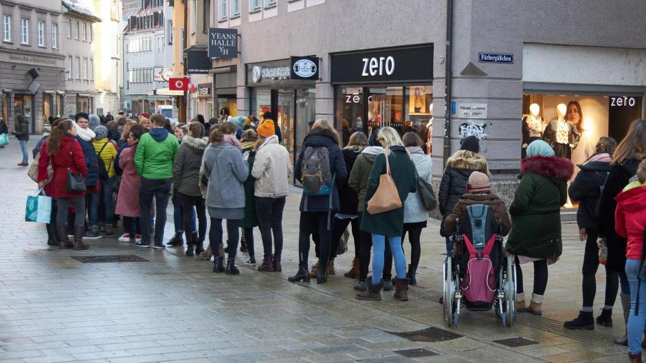 Augsburg Neues Geschäft In Der Annastraße Schlange Stehen Vor