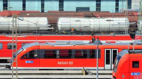 Ein Pärchen konnten auf dem Ulmer Hauptbahnhof nicht die Finger von sich lasen. .