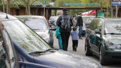 Der Parkplatz am Zoo ist an sonnigen Tagen meist voll belegt. Wenn dort nichts mehr frei ist, parken Besucher gerne auch in den angrenzenden Grünanlagen oder in den umliegenden Straßen.