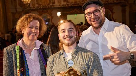Preisverleihung beim History-Slam im Fugger-Forum (von links): Theresia Gräfin Fugger von Glött, Sieger Jonni Krünes und Moderator Horst Thieme,