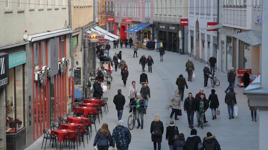 Passanten in der Augsburger Fußgängerzone.