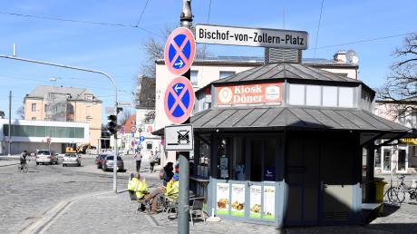 Der Bischof-von--Zollern-Platz befindet sich in der Nähe der Werner-Egk-Schule und des Krankenhauses Josefinum.