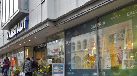 Einzelne Schaufenster bei Karstadt sind mit Galeria-Kaufhof-Bannern beklebt.