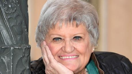Janet Hardy kommt mit dem Ruhestand bestens klar. Von Zeit zu Zeit knüpft sie mit kleinen Konzerten an ihre Zeit als Sängerin am Augsburger Theater an.