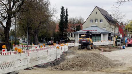 Im Kreuzungsbereich Zaunkönigweg/Hirblinger Straße/Wertinger Straße entsteht gerade ein Kreisverkehr. Mit ihm soll der neue Supermarkt im Bärenkeller erschlossen werden.