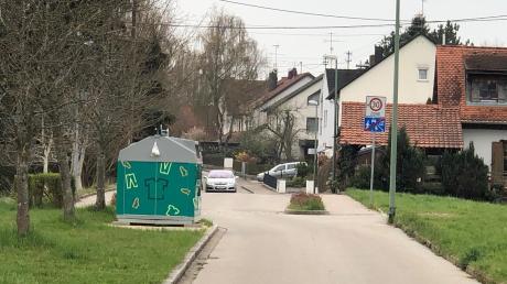 Am Schwammerlweg hat die Stadt einen neuen Kleidercontainer an einer Engstelle aufgestellt und dafür Kies auf den Grünstreifen geschüttet. Anwohner meinen, der Container sei überflüssig.