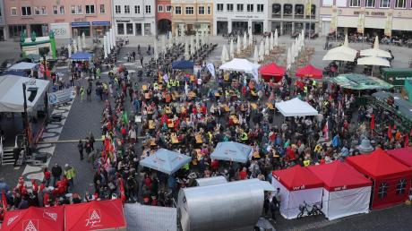 Gut besucht: Die Maikundgebung auf dem Rathausplatz. Nach deren Ende gab es bis etwa 15 Uhr ein Kulturprogramm.
