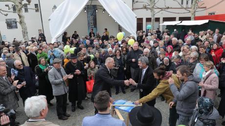 Oberbürgermeister Kurt Gribl und Stadtdekan Helmut Haug inmitten der Kirchgänger, die die Jubiläumsfeier von St. Moritz besucht hatten. In den kommenden drei Monaten wird es vor der Kirche ein buntes Programm geben.