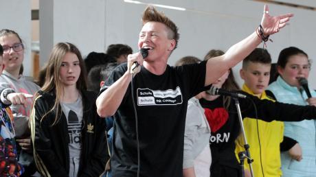 Die neue Schulpatin in Aktion: Tina Schüssler singt zusammen mit den Fünftklässlern der Kapellen-Mittelschule drei ihrer Lieder.