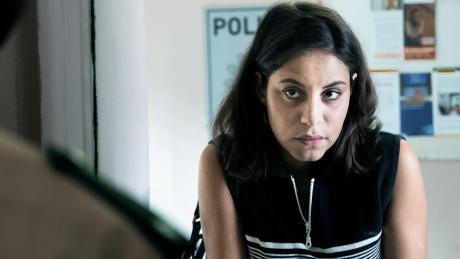 Aynur (Almila Bagriacik) erstattet bei der Polizei Anzeige gegen die Bedrohungen ihrer Brüder. Doch ihr Leben kann sie damit nicht retten.