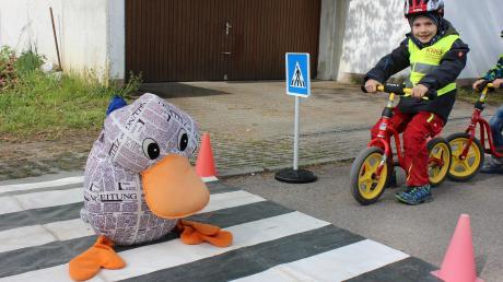 Der sechsjährige Simon lässt Zeitungsente Paula Print den Zebrastreifen überqueren. Denn als Fußgängerin hat sie Vorfahrt. Das hat Simon beim Verkehrserziehungstag im Kindergarten St. Ulrich in Scheppach gelernt.