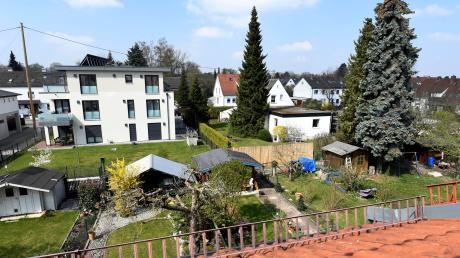Nachverdichtung heißt das Phänomen, das in einem Stadtteil mit dörflichem Charakter mehrstöckige Häuser mitten im Grünen wachsen lässt. Bislang bauten die Architekten eher flach mit Satteldach, jetzt im modischen Stil mit Flachdach.