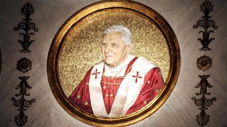 Wird Papst Benedikt XVI. als letzter Repräsentant einer monarchisch verfassten Kirche in die Geschichte eingehen? Der Dokumentarfilmer Christoph Röhl zeichnet ihn nun als einen Verteidiger ihrer absoluten Wahrheit und Heiligkeit, die jedoch durch die aufgedeckten Missbrauchsskandale stark erschüttert wurde.