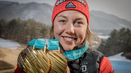 Dieses Bild zeigt Laura Dahlmeier bei ihrer Lieblingsbeschäftigung – dem Sammeln von Medaillen. Die 25-Jährige gewann bei Olympia 2018 in Pyeongchang zwei Gold- und eine Bronzemedaille und ist eine der erfolgreichsten Sportlerinnen Deutschlands. Am Freitag gab sie überraschend ihren Rücktritt bekannt.