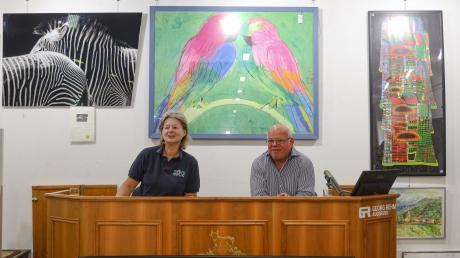 Zoo-Direktorin Barbara Jantschke und Auktionator Georg Rehm legten sich bei der Benefiz-Aktion zugunsten des neuen Elefantenhauses ins Zeug.