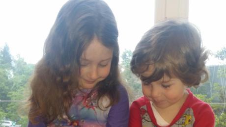 Emely und Noah streicheln zwei der 39 neuen Bewohner des Montessori-Kinder-hauses, deren Geburt sie miterlebt haben.
