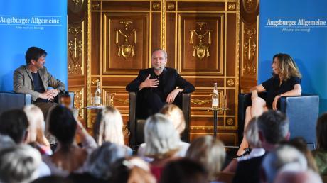 """Der Schriftsteller Ferdinand von Schirach (Mitte) war Gast bei """"Augsburger Allgemeine Forum live"""" im Goldenen Saal. Er stellte sich den Fragen von Chefredakteur Gregor Peter Schmitz und Literaturredakteurin Stefanie Wirsching."""