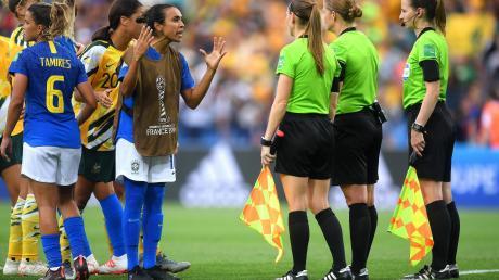 Brasiliens Fußball-Legende Marta kann es nicht fassen, dass Schiedsrichterin