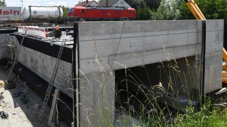 Die neue Bahnunterführung in Gersthofen ist fertig, aber sie steht noch an der falschen Stelle. Bis zum Montagmorgen wird sie in den Bahndamm eingeschoben.