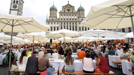 """Bild der Friedenstafel auf dem Rathausplatz vom vergangenen Jahr. Das Motto des diesjährigen Friedensfestes """"Freiheit"""" kommt offenbar gut an, immer mehr Akteure bringen sich ein."""
