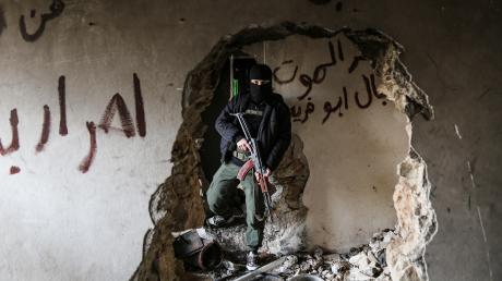 """Ein Augsburger soll versucht haben, sich der Gruppe """"Hayat Tahrir al-Scham"""" in Syrien anzuschließen."""