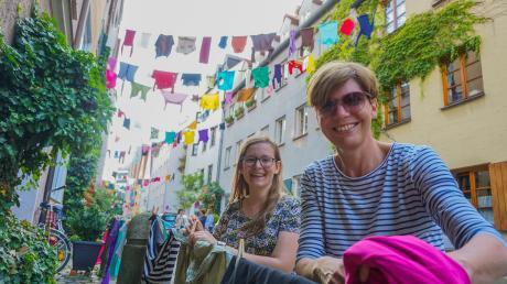 Merle Schwinkes, 16, (links) dekoriert zusammen mit Nachbarin Annette Moos-Dornauf, 44, am frühen Abend das Ulrichsviertel mit Wäscheleinen.