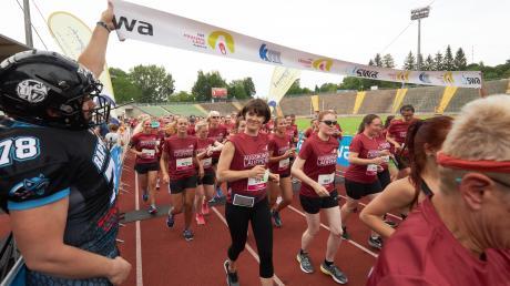 Im Rosenaustadion startete der Frauenlauf. Die teTeilnehmerinnen in dunkelroten Shirts konnten unter verschiedenen Strecken wählen.