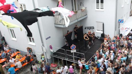 Die Puppenkiste hatte einen Auftritt beim Straßenfest im Ulrichsfest. Weit war die Anreise nicht. Die Spitalgasse, in der die Puppenkiste beheimatet ist, gehört zur Feierzone.