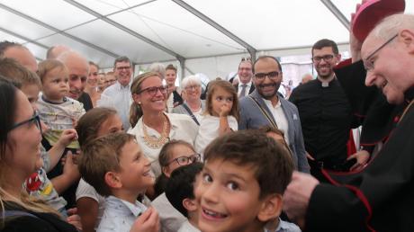 Alle Generationen nahmen von Bischof Konrad Zdarsa am Sonntag vor dem Dom fröhlich Abschied.