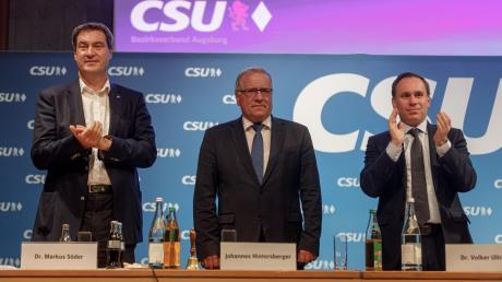 Johannes Hintersberger (Mitte) stellte sich am Montagabend im Kongress am Park nicht mehr zur Wiederwahl als Augsburger CSU-Parteivorsitzender. Zu seinem Nachfolger wurde Volker Ullrich (rechts) gewählt. Parteichef Markus Söder schwor die Partei auf die Kommunalwahl ein.