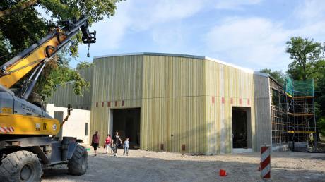 Welche Dimensionen das neue Elefantenhaus im Augsburger Zoo hat, kann man auf diesem Bild gut erkennen. Für die großen Dickhäuter gibt es ein großzügig gestaltetes Gebäude und eine weitläufige Freianlage mit einigen Attraktionen.