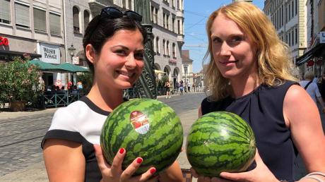 Dilara Frech (links) und Lena Weiß haben sich für ihre Mittagspause Wassermelonen gekauft.