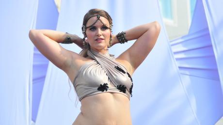 Melli Salina aus Augsburg präsentiert auf der großen Bühne am Rathausplatz eine Bauchtanz-Show.