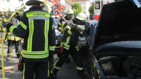 Die Feuerwehr musste eine verletzte Person befreien.