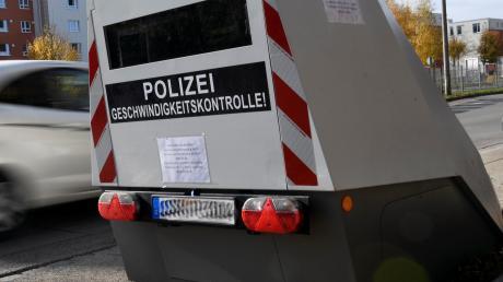 Die Augsburger Polizei könnte 2020 einen solchen Blitzer-Anhänger dauerhaft bekommen. Momentan ist er testweise hier stationiert.
